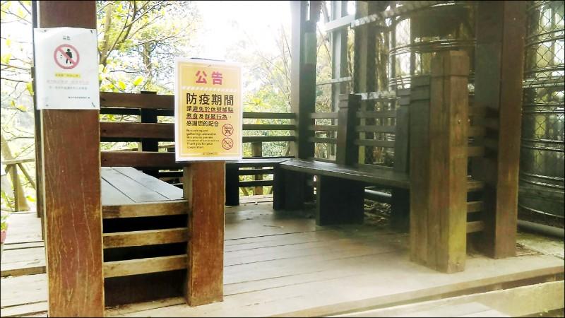 台中市觀光旅遊局在戶外涼亭張貼公告,提醒民眾勿群聚,加強防疫。(觀旅局提供)