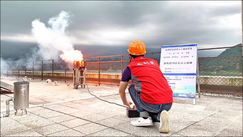 水利署人工增雨團隊在曾文水庫集水區進行增雨作業。  (記者蔡宗勳翻攝)