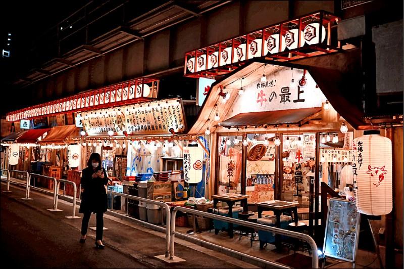 日本東京一名女子六日行經沒有生意上門的餐館。(法新社)