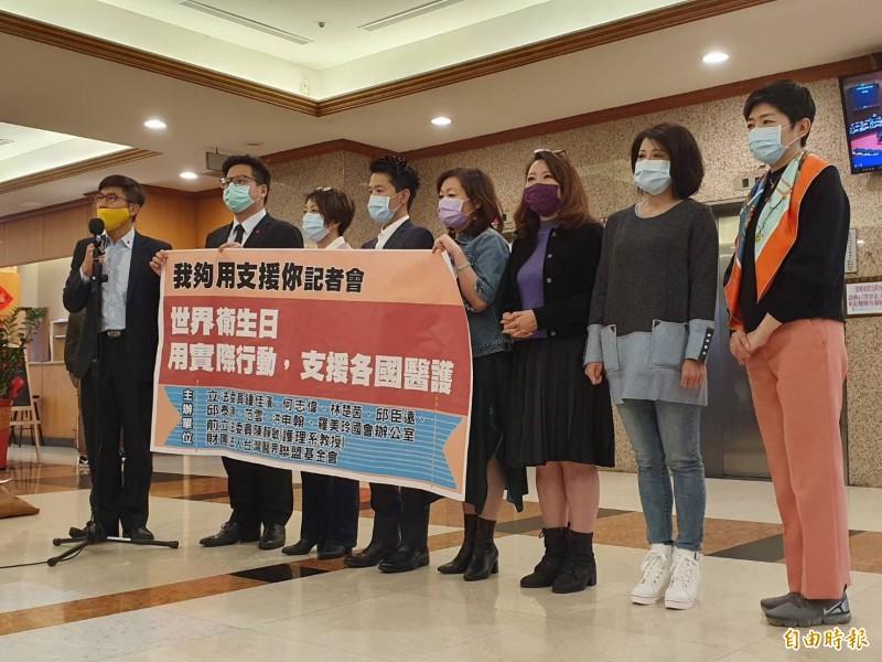 民進黨立委鍾佳濱(左一)發起「我夠用,支援你」活動,邀請跨黨派立委支持。(記者謝君臨攝)