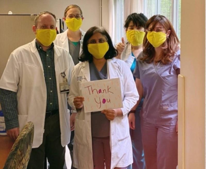 美國亞特蘭大的醫療人員收到來自台灣伸仁紡織的布口罩,寫下「Thank you」表達感謝。(白璨榮提供)