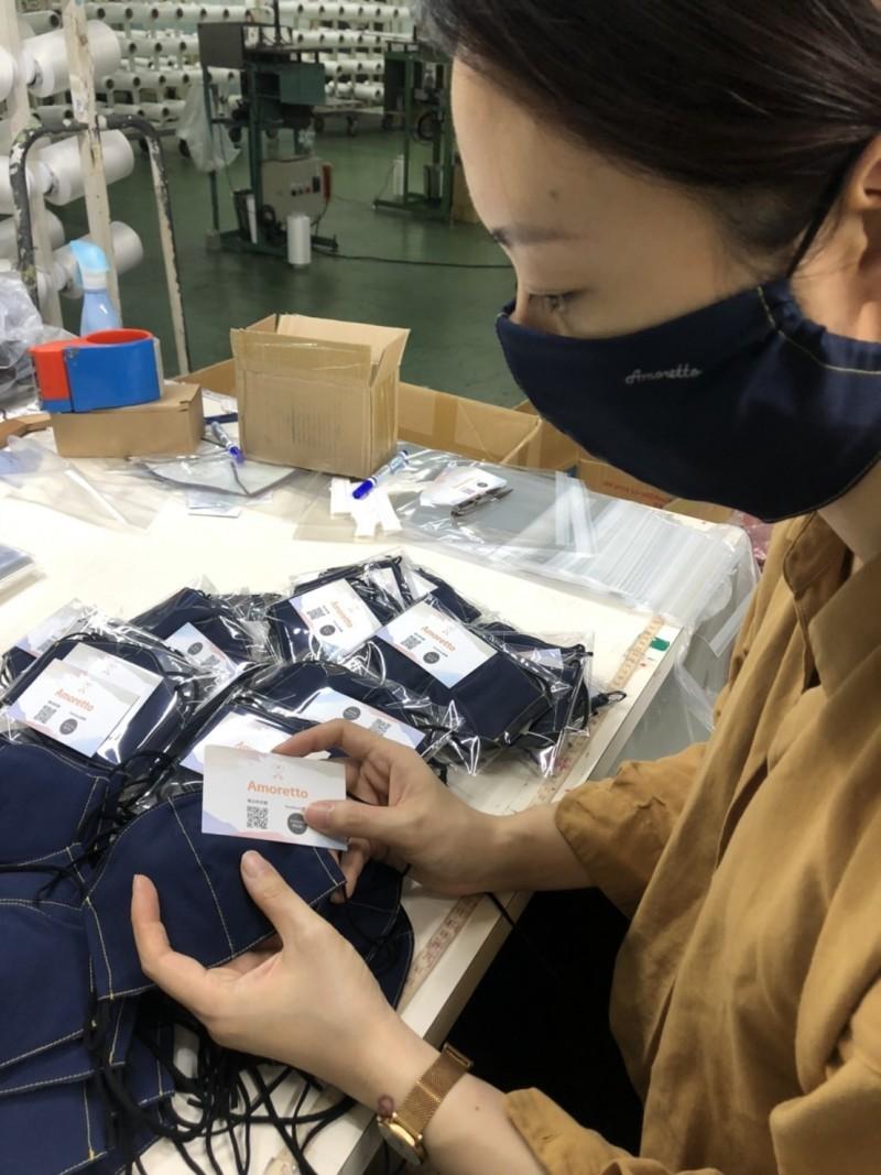 品牌童裝設計師白怡文為送到美國的愛心口罩,設計加大、加寬版的立體布口罩。(記者劉曉欣翻攝)