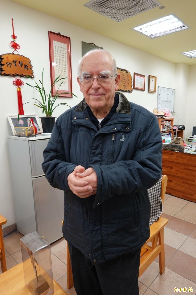 捐助義大利的捐款6天達到1億5000萬元,天主教靈醫會神父呂若瑟今天拱手向各界答謝。(記者江志雄攝)