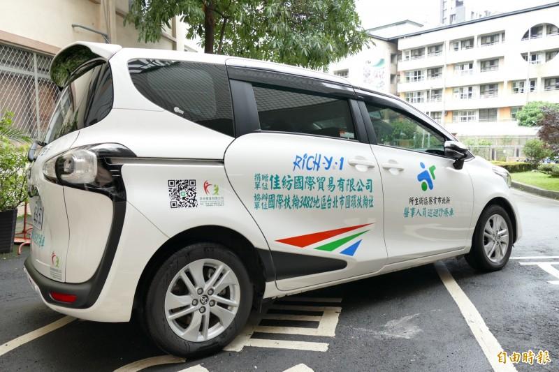 佳紡國際貿易有限公司董事長張寺榮捐贈一輛價值約178萬的「醫事人員巡迴診療車」給新北市衛生局。(記者陳心瑜攝)