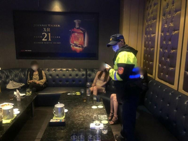 中市酒店昨復業,有些包廂因人數少,酒客與小姐還勉強可以保持一定社交距離。(記者許國楨翻攝)