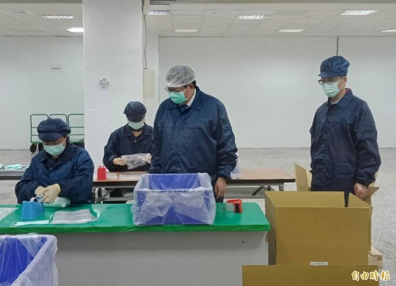 桃園市長鄭文燦參觀善存科技口罩生產線。(記者謝武雄攝)