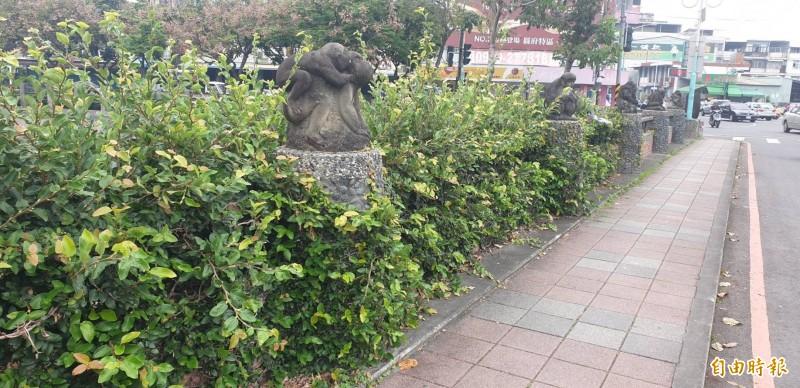 屏東阿猴石雕被樹木包覆在其中,護欄全不見了(記者葉永騫攝)