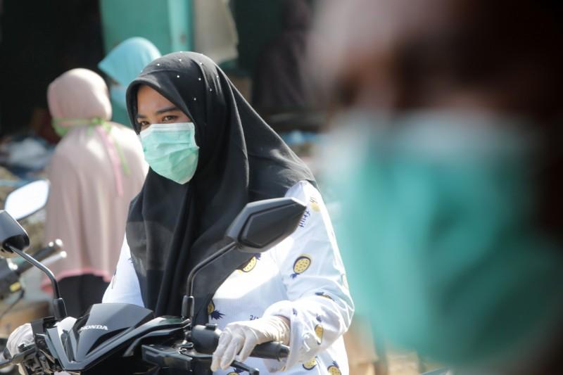印尼昨日(6)創下單日武漢肺炎確診人數新高後,今(7日)又新增247人確診,刷新紀錄。圖為印尼女性戴口罩示意圖。(歐新社)