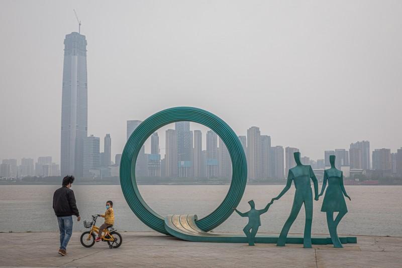 中國武漢市即將於明解封,不過有專家警告現在武漢內部恐還有1-2萬「無症狀感染者」,令人擔心。(歐新社)