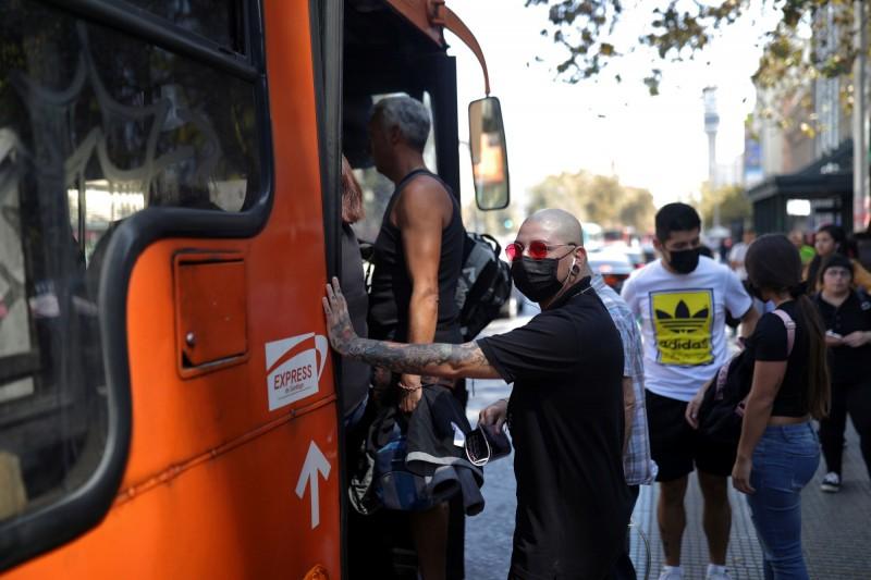 智利宣布所有乘坐公共或私人交通工具的民眾,都必須強制戴上口罩。(路透)