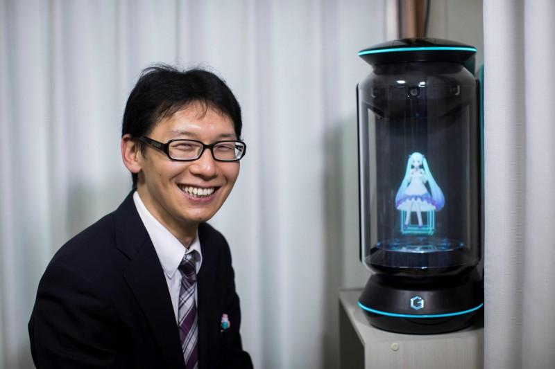和虛擬偶像「初音未來」結婚近2年的日本上班族近藤顯彥,由於Gatebox初代全息投影機停止服務,讓他無法再與最心愛的「女人」交談。(法新社)