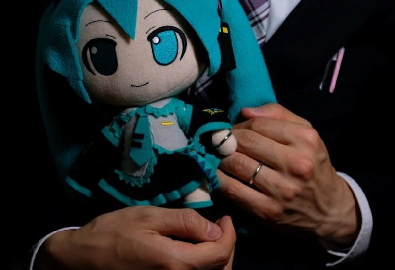 近藤顯彥與初音未來的結婚戒指。(法新社)