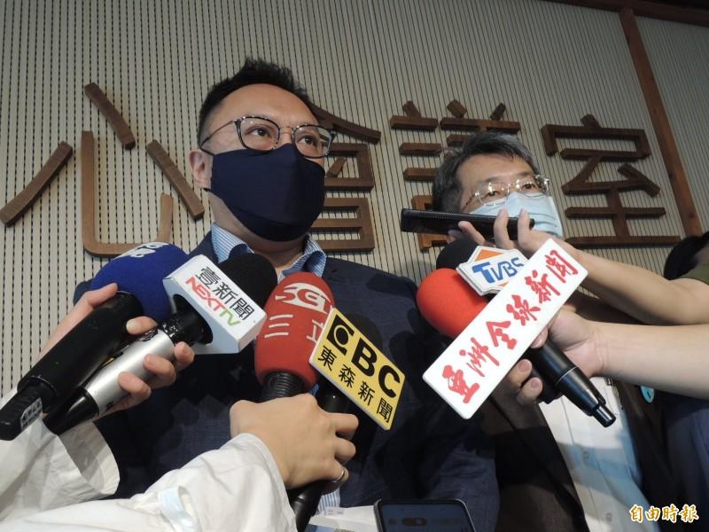 高市新聞局長鄭照新凌晨對瑜今天遞狀一事提出說明。(記者王榮祥攝)