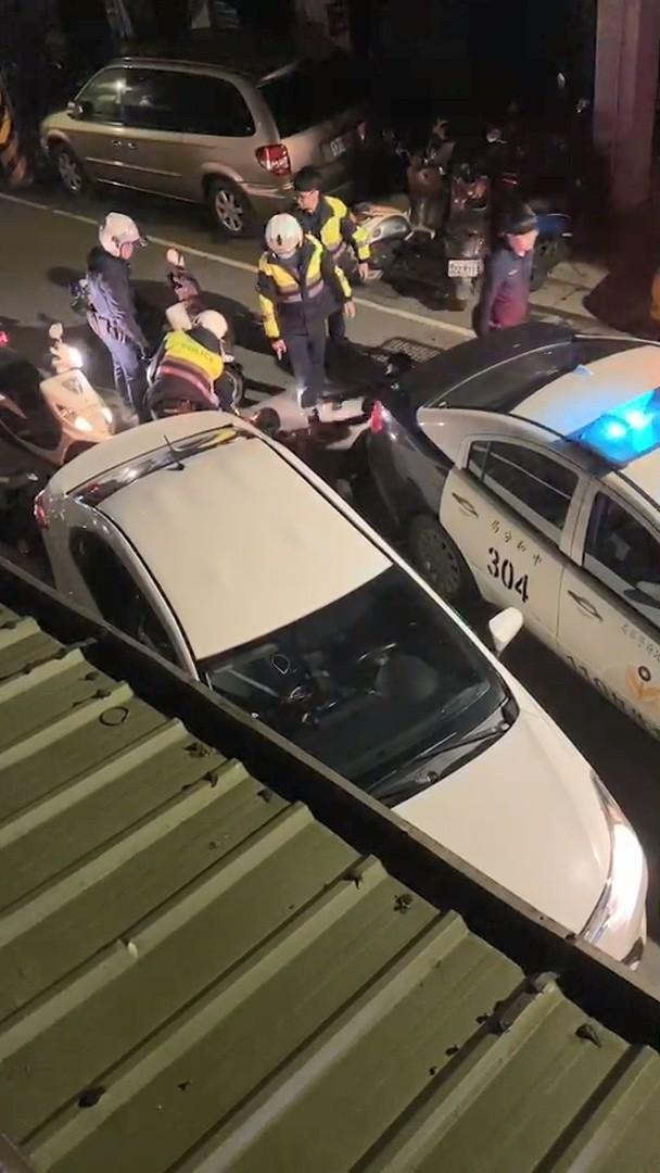 民眾拍下警方強力將4人壓制在地。(記者徐聖倫翻攝)