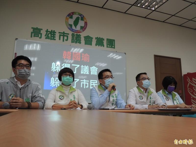 高市議會民進黨團控訴藍營以防疫為由、主導無限期延會,是史無前例的亂來。(記者王榮祥攝)