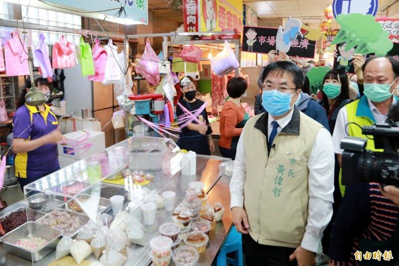 黃偉哲赴安南區本淵寮市場,了解防疫期間傳統市場攤商狀況。(記者王姝琇攝)