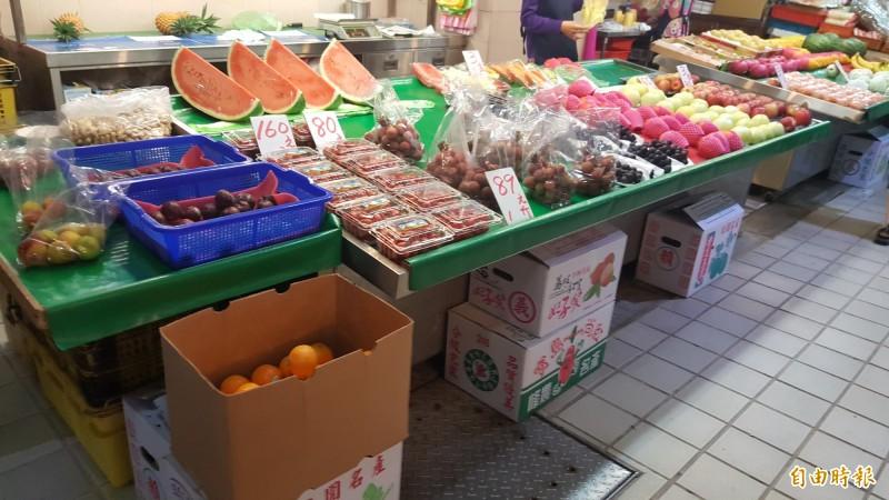 北市公有市場自本月9日起,民眾、攤販一律要戴口罩和量體溫。(記者楊心慧攝)