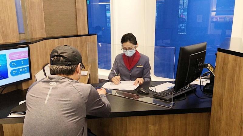 華航為加強防疫措施,在服務櫃台架設透明隔板。(業者提供)