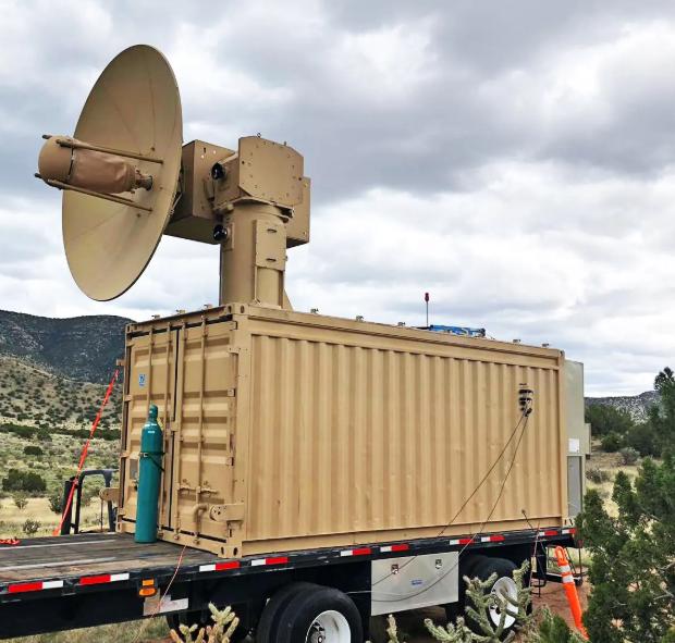 「索爾」可發出短脈衝高功率微波,「一鍵掃蕩」範圍內無人機。(圖擷自美國空軍網站)
