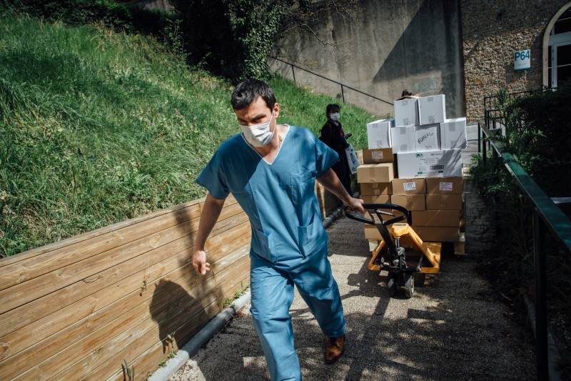 嚴峻疫情持續升溫,加上醫療設備短缺,醫護人員集體發起抗議。(彭博)