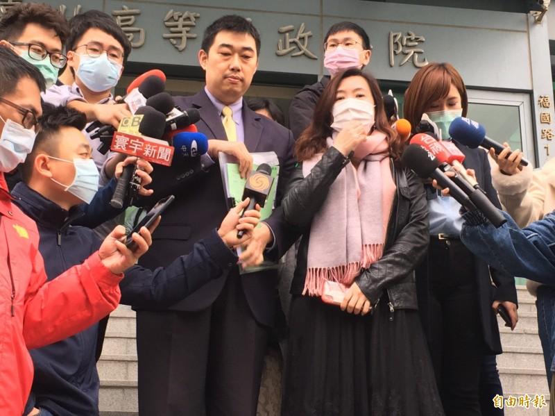 前高市新聞局長王淺秋(前右)、律師葉慶元(前左),赴台北高等行政法院呈狀聲請停止執行,要求停止罷韓案投票。(記者張文川攝)