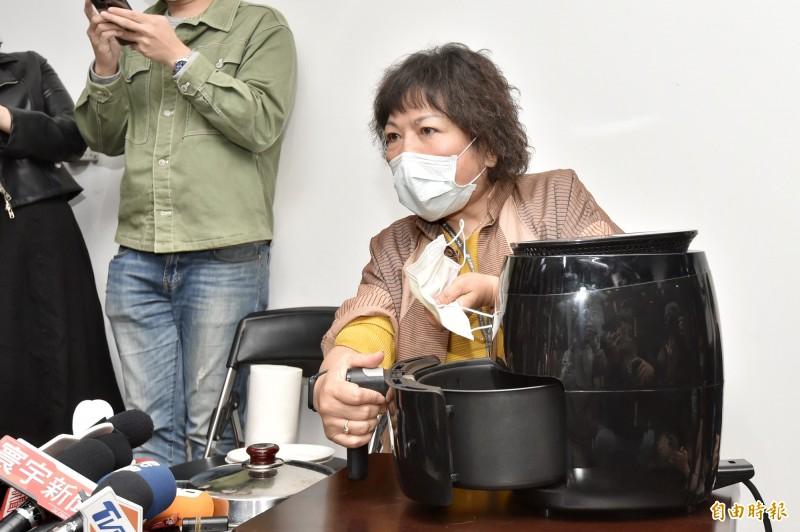 國民黨立委葉毓蘭今8日上午在內政委員會質詢時自曝用氣炸鍋加熱口罩引發譁然,下午帶當事氣炸鍋出面受訪,說明當時操作狀況。(記者塗建榮攝)