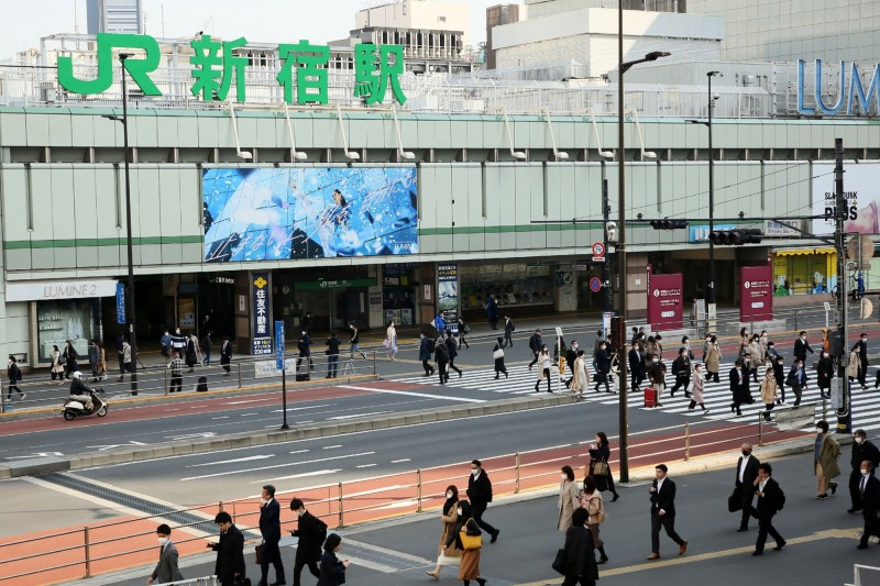 日本東京都今日新增144例確診,再創單日新高。圖為東京都內的JR新宿站。(法新社)