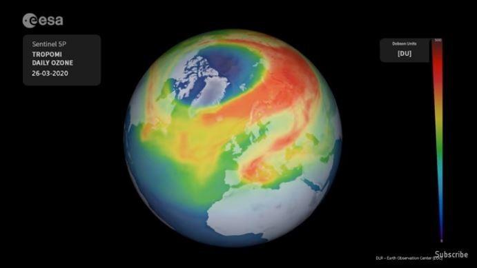 歐盟發現,北極上空臭氧層破洞大小創新紀錄,此圖顏色愈紅代表富含臭氧,顏色愈藍代表臭氧濃度愈低。(圖取自歐洲太空總署)