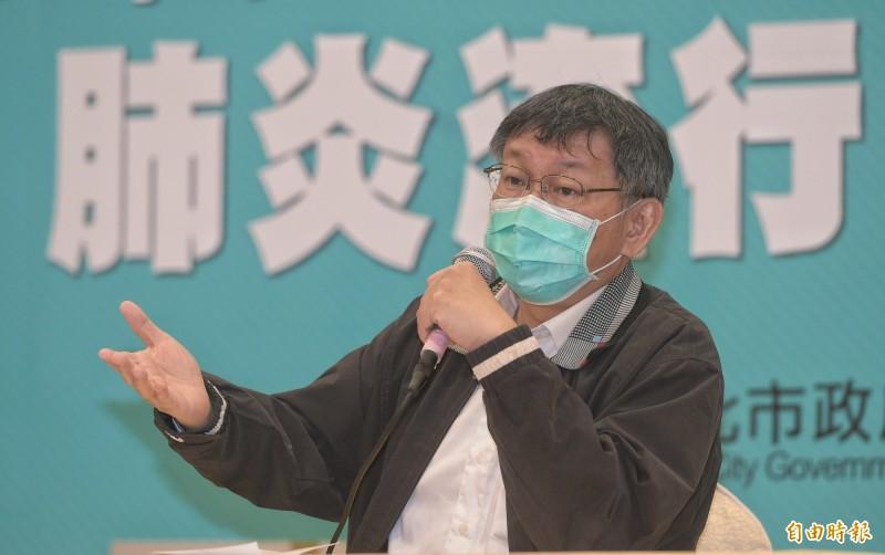 台北市長柯文哲8日宣布北市防疫新措施,要求公有市場工作人員一律戴口罩,市民赴市府洽公也將限制出入樓層。(記者張嘉明攝)