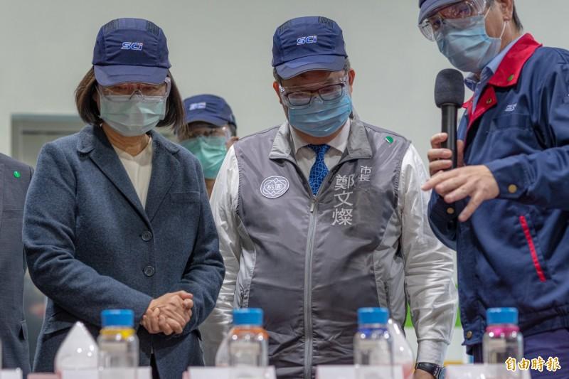 總統蔡英文(左)今天視察桃園的「旭富製藥」,藥廠承諾,每次生產都會保留3公噸奎寧原料藥給台灣。(資料詔)