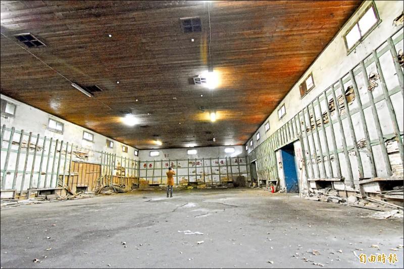 「大溪農會倉庫」的內牆粉刷層外釘有半圓形垂直木柱、橫木條,是倉庫建築的特色。(記者李容萍攝)