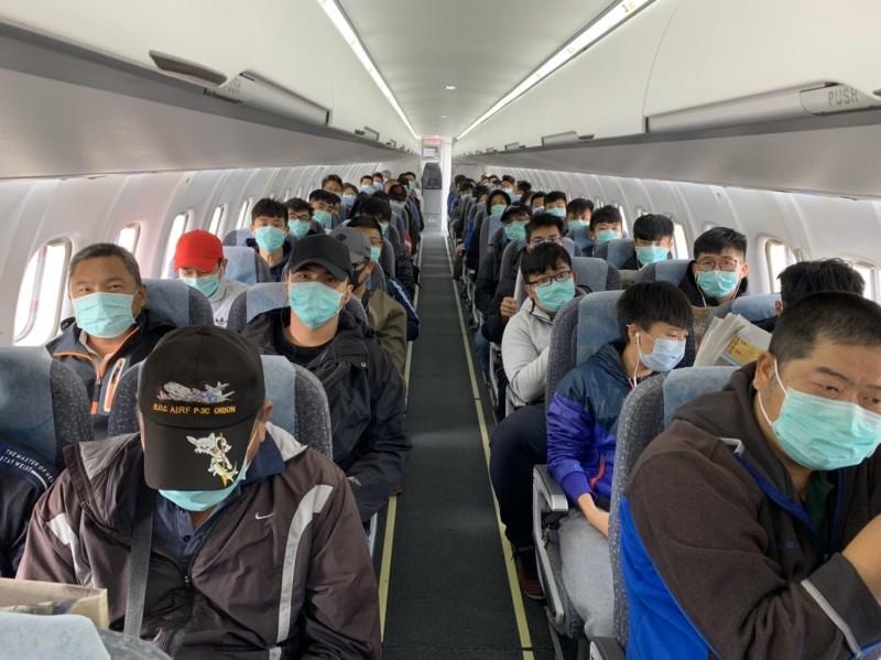 搭飛機前往東沙島,全程戴口罩。(記者洪定宏翻攝)