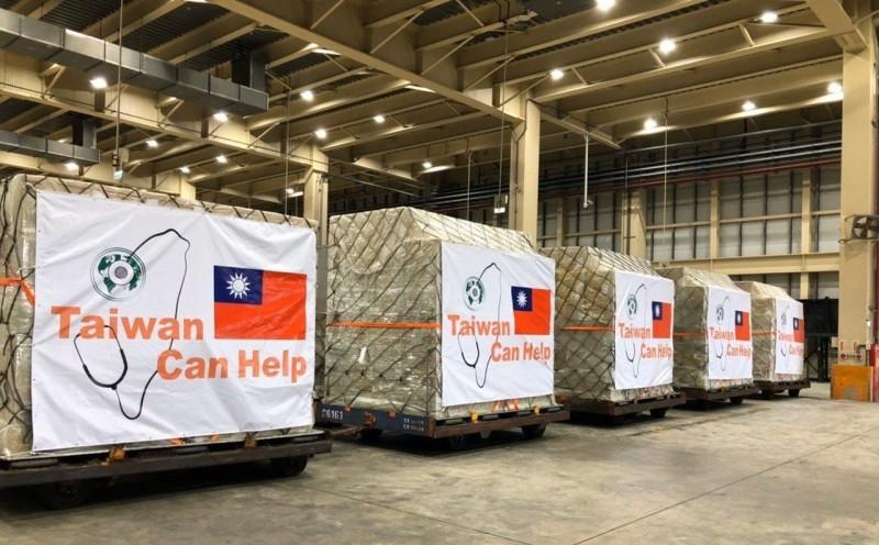 外交部今天宣布第二波國際援助,將捐6百萬口罩給北中東歐、拉美、新南向等國。圖為首批捐贈口罩運送情形。(取自外交部推特)