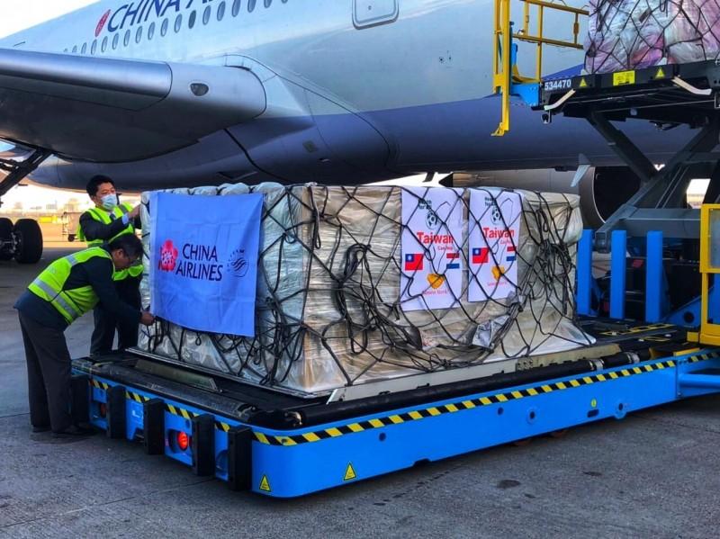 台灣捐贈歐洲的第一批60萬片口罩於當地時間7日抵達荷蘭;荷蘭駐台辦事處今表示由衷感謝。(取自荷蘭貿易暨投資辦事處臉書)