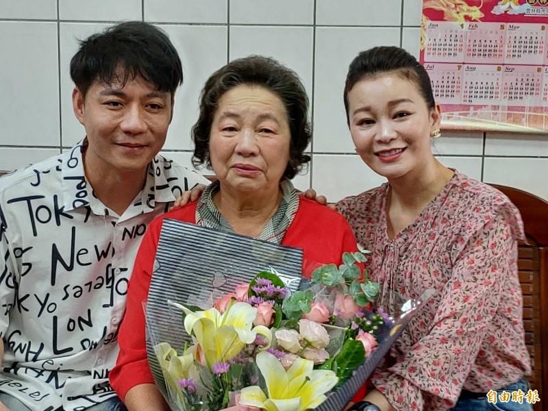 台語歌手陳隨意(圖左)的媽媽陳洪罔腰(圖中)當選模範母親,謝宜君(圖右)直誇婆婆是全世界最好的婆婆。(記者劉曉欣攝)