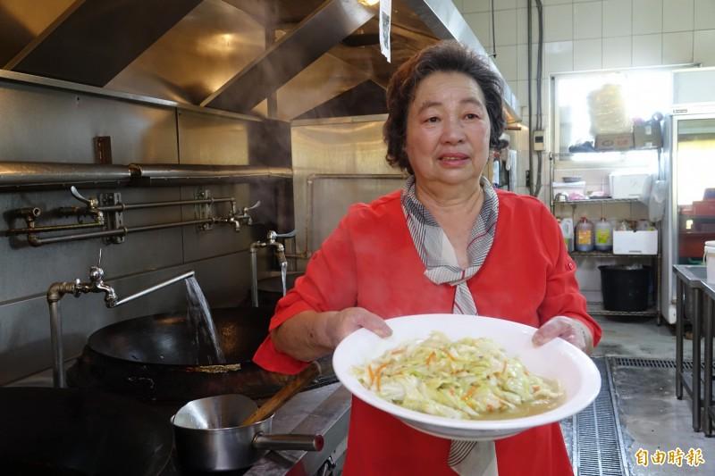 「總鋪師」歌手陳隨意的媽媽陳洪罔腰,是兒孫心中的廚神。(記者劉曉欣攝)