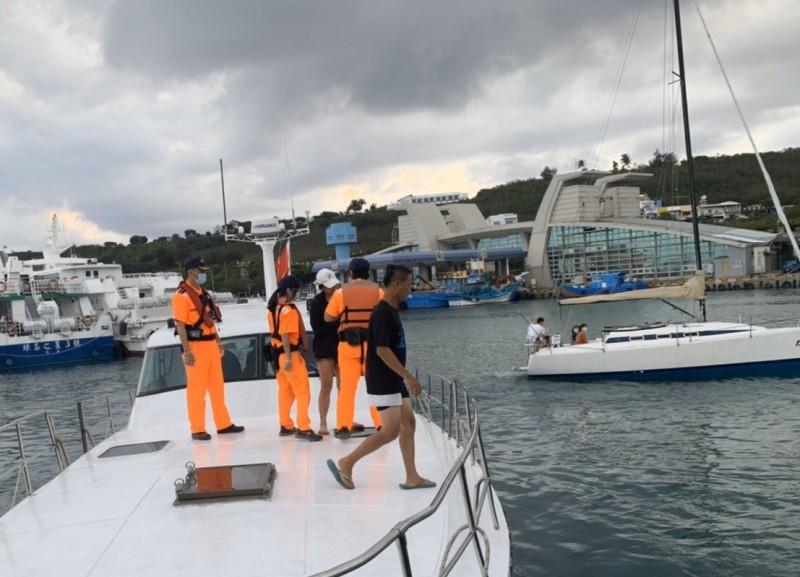 張姓女子直接被帶下船,同船乘客才發現和通緝犯同行。(記者陳彥廷翻攝)