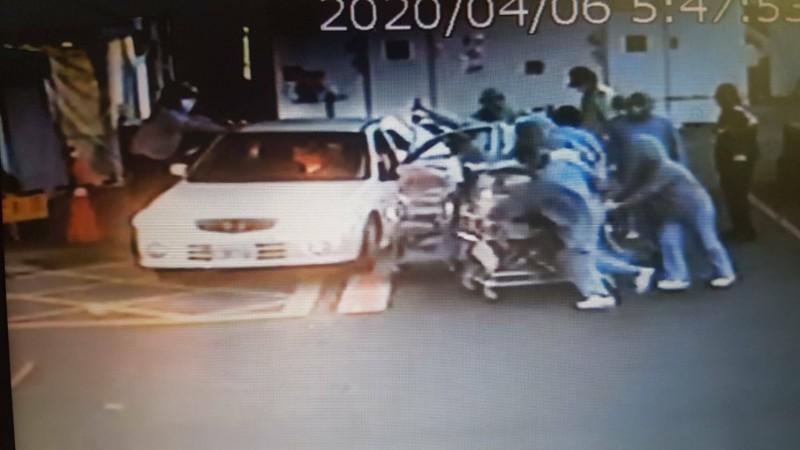 剛產下的女嬰放在保溫箱由護理人員推進醫院。(記者丁偉杰翻攝)