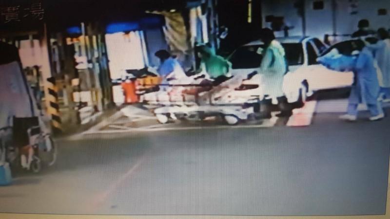 產婦由擔架推床送入醫院進行產後照護。(記者丁偉杰翻攝)