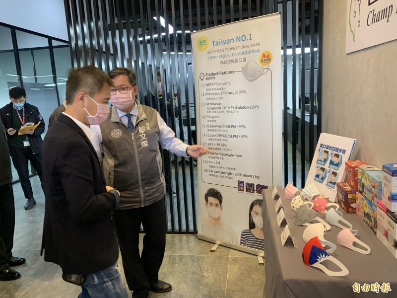 市長鄭文燦參訪「台灣康匠製造公司」,由總經理陳勇志(左)解說產品。(記者陳恩惠攝)