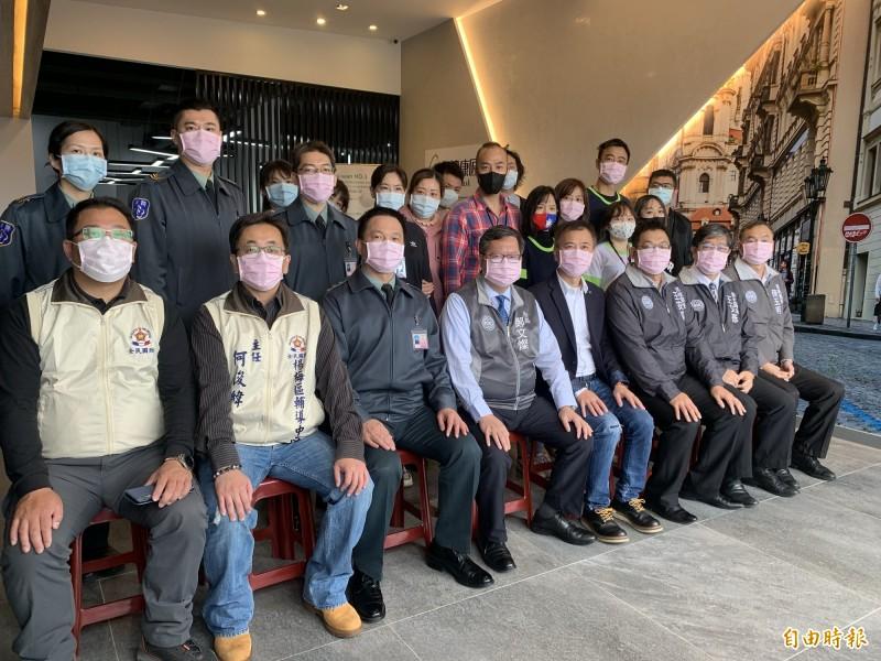 市長鄭文燦、市府團隊和台灣康匠製造公司人員、桃園市後備指揮部人員合影。(記者陳恩惠攝)