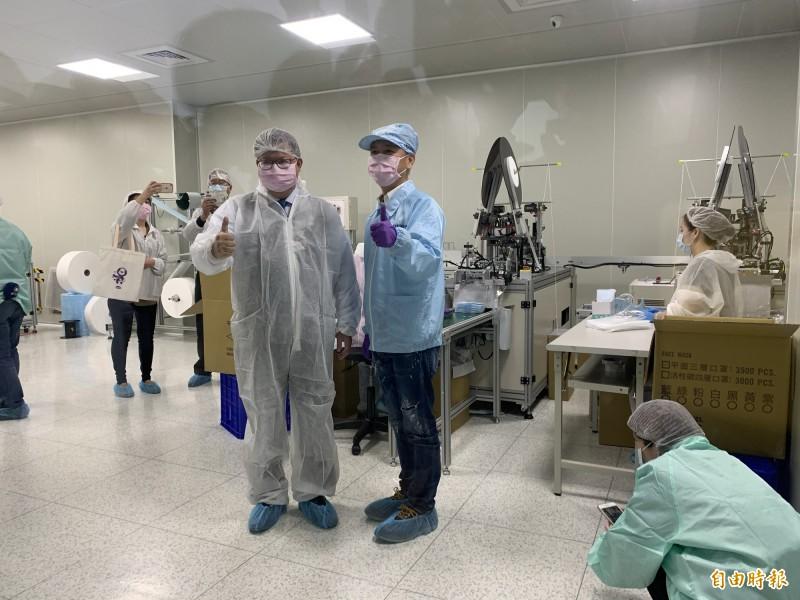 市長鄭文燦身穿全套防護衣,到製造口罩的無塵室慰問員工。(記者陳恩惠攝)