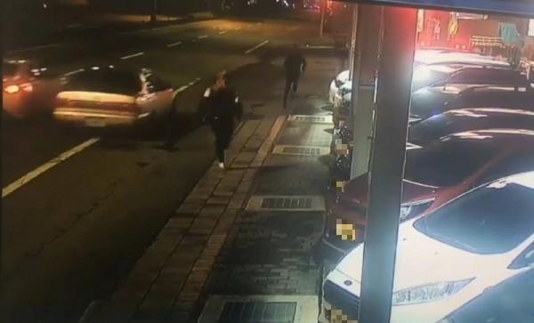 桃園市大園區中華路某卡拉OK店前,去年5月29日凌晨,發生19歲劉姓男子遭惡煞當街砍殺事件,桃園地檢署檢察官依據現場監視器及目擊者證詞,當天是戴著口罩的涂、潘兩人分持鋁棒、西瓜刀逞兇,偵結依殺人未遂罪將2人起訴,另6人則獲不起訴。(資料照)
