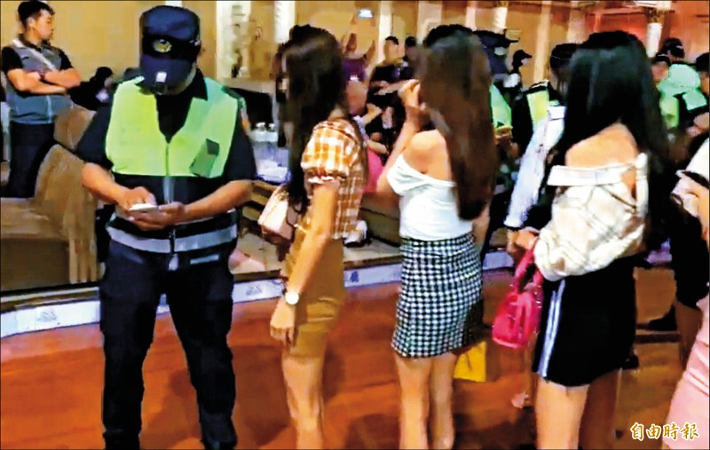 因應疫情,全國舞廳酒店即起停業,警方嚴密監控經紀和傳播妹流向。(記者黃良傑攝)