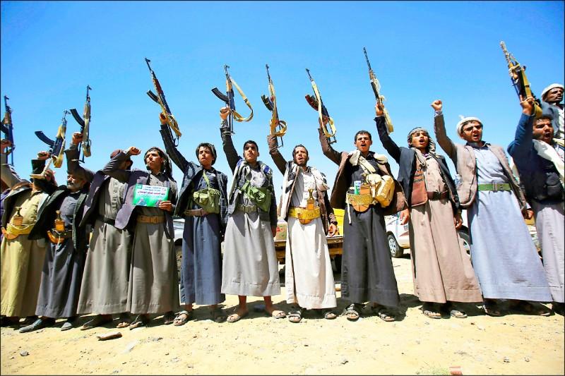 由伊朗所支持的葉門叛軍「青年運動」的支持者,去年九月在首都沙那高呼效忠口號。沙烏地阿拉伯八日宣布在葉門片面停火兩週,以避免武漢肺炎疫情擴散。(美聯社檔案照)