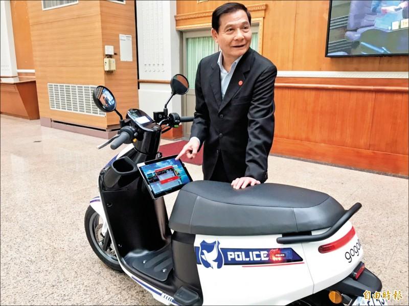 桃園市議員陳萬得協助爭取一百廿萬元,讓平鎮警分局添購六輛Gogoro,並配備 「新式車牌辨識系統」。(記者魏瑾筠攝)
