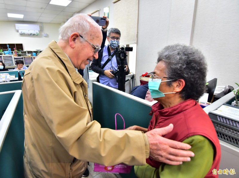 義大利籍神父呂若瑟(左)為故鄉募款,台灣民眾熱情捐助,義大利媒體也廣泛報導此事。(資料照)