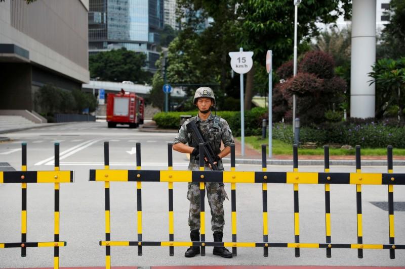 有外媒指出,有數位中國退伍軍人接受訪問時表示曾參與中國當局屠殺新疆人、西藏人等祕密行動,也證實中國當局在「香港反送中」期間,將各地武警偽裝成解放軍新兵輪調進駐香港。圖為反送中時期的駐港解放軍。(路透)
