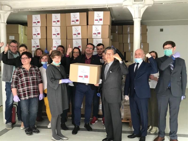 李波今日在推特發文表示,「波蘭剛剛收到了來自我們的朋友台灣捐贈的50萬片口罩」,並PO出波蘭官員與扛下飛機的口罩合照照片。(擷取自李波推特)