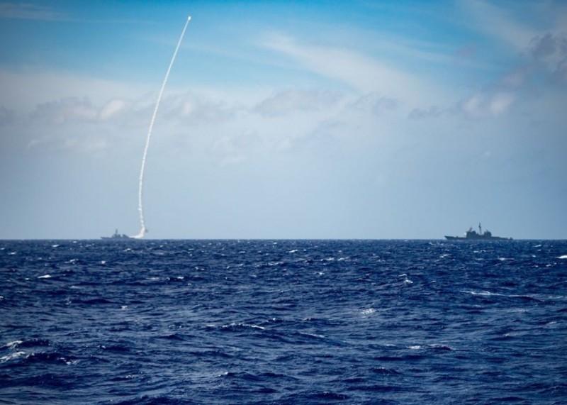 美國第7艦隊上月在菲律賓海實彈演練,罕見由「伯克級」驅逐艦貝瑞號發射1枚飛彈,該軍艦今日通過台海。(圖取自美國第7艦隊臉書)